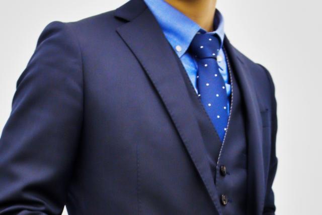 【サンプル】就活の身だしなみ!スーツのポケットのふたは入れる?出す?
